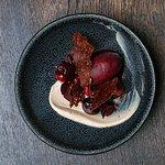 Crème van witte chocolade, kersen, sorbet van kers en rode wijnazijn, krokant van gruée