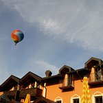 Ballonfahrer über dem Hotel
