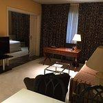 Detalle del salon de la junior suite, con el escritorio al fondo y vista del dormitorio.