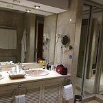 Detalle del baño con acceso al vestidor.