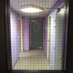 Le sol craque, le couloir est recouvert d'un lino