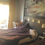 Notre chambre avec balcon et vue sur mer avec un lit 1 place supplémentaire.