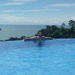 La piscina es mediana con una vista espectacular al mar