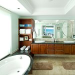 Lighthouse 3 Bedroom Condo Bathroom