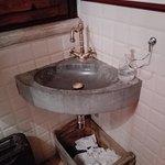 Il bagno, minimalista e spartano ma carino