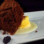 Esponja Helada de Chocolate sobre Bizcocho Capuchina y Sopa de Chocolate Blanco!!