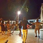 Die Hotelgäste am Abend bei einem Tänzchen.