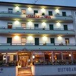 facciata frontale dell'albergo con ristorante annesso