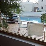 vista a la piscina desde el comedor de desayuno