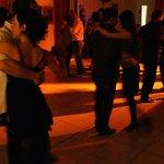 Bailamos un tango.