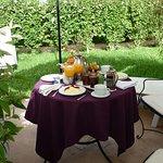 Ontbijt op ons terrasje bij de berbertent