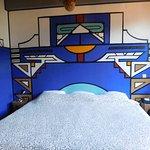 Een super groot heerlijk bed en goede kussens in onze Afrikaanse kamer.