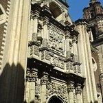 Bella fachada donde destaca el conjunto escultórico en relieve.