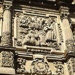 Conjunto escultórico en relieve: Destaca Jesús cargando la Cruz y el Padre eterno.