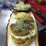 mozarella,foie braseado,cebolla caramelizada, trufa, ajo negro y brotes