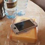Handy abgeben und Käse erhalten