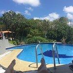 Sauberer Pool! (Im Hintergrund Bäume, wo sich Affen tummeln...)