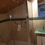 La bañera es amplia pero la ducha es manual y no puede colocarse en el barral :/