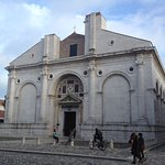 L'imponente facciata della cattedrale di Rimini