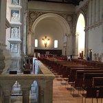 La navata unica, col crocefisso di Giotto sullo sfondo