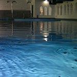 Über die Wasserfläche des Bades