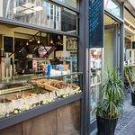An unserer To-Go-Theke erwarten sie Snacks und leckere Kaffeespezialitäten. (Foto: Jascha Pansch