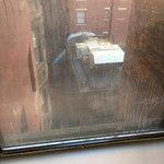 a maquina vista pela janela funciona 24 horas por dia fazendo um barulho insuportável