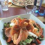 Insalata salmone, gamberi, ricotta e pachino; pizza margherita con funghi