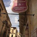 Via Pirri ... nel cuore di Noto ... ecco l'insegna dell'Osteria Enoteca Ristorante EMILY'S WINE