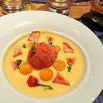 soupe de melon et fraises avec sa boule de glace