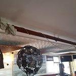 mât au plafond du bar