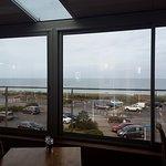 vue de la salle de restaurant sur la mer