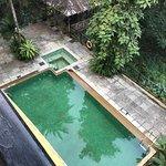 Vue depuis la chambre 8, Jacuzzi vide et piscine hors service. Pas de mobilier.