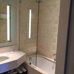 il bagno è di buona metratura. una porta separa la zona WC da quella doccia
