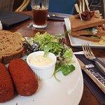 Kroketten met brasbrood en een clubsandwich kalkoen