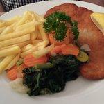 Wienerschnitzel Pommer Frites und Gemüse