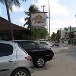 Visão da avenida com a imagem do restaurante.