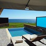 Terrasse mit Sonnenliegen, Sesseln und Couch