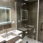great bathroom spacious shower with 2 hoses
