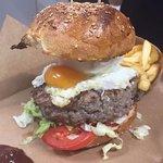 Hamburger con burrata e uovo