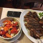 Una comida espectacular. Tanto la carne como los postres caseros.