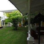 Extérieur: une partie de jardin et de salon extérieur