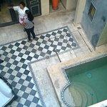 vue de la chambre sur petite piscine intérieure/terrasse