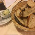Brot mit kräuterbutter und schmalz vorab