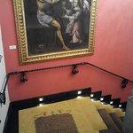 Le scale interne con quadri e statue in legno, di pregio e antiche