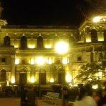 La antigua catedral de Managua por la noche