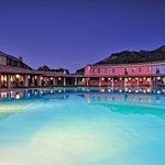 L'Hotel Orlando è incastonato fra i graniti millenari,  tra  i corbezzoli e il mirto, le ortensi
