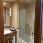 Amplio baño completo con bañera, secador de pelo, toallas nuevas, set de baño (obsequio del hote