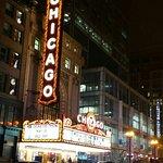 The Chicago Theatre вечером