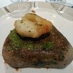 Buñuelo de bacalao sobre tierra de parmesano y cebollino